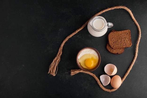周りに材料が入ったパンのシルス、上面図。 無料写真
