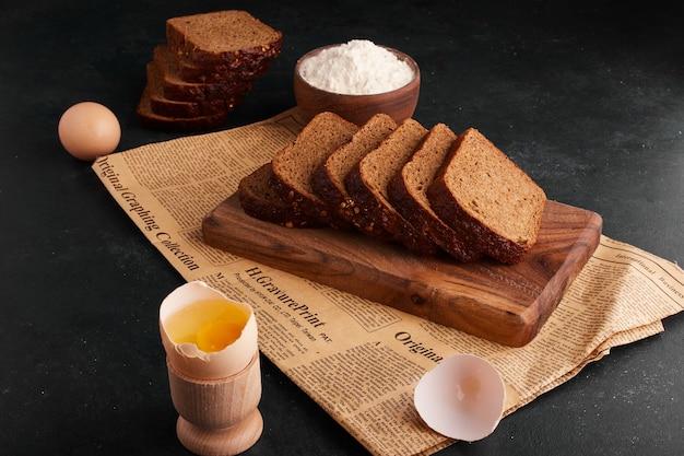 木の板に材料が入ったパンのスライス 無料写真