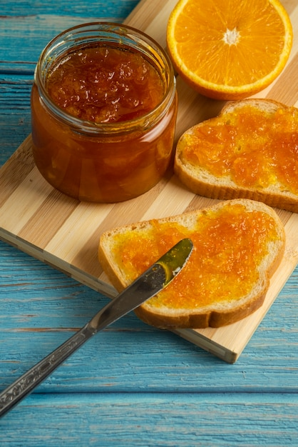 Хлебные тосты с апельсиновым конфитюром на деревянной доске. Бесплатные Фотографии