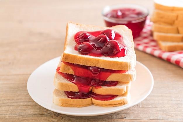 Bread with strawberry jam Premium Photo