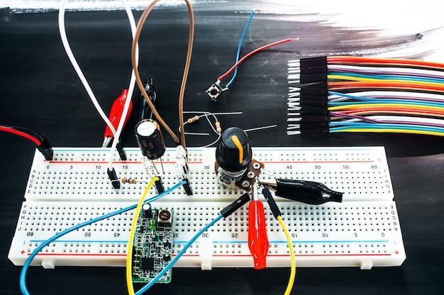 Макетная плата с соединениями и набором разноцветных кабелей Premium Фотографии