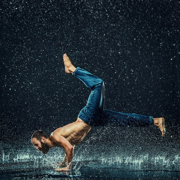 Break dancer in water Free Photo