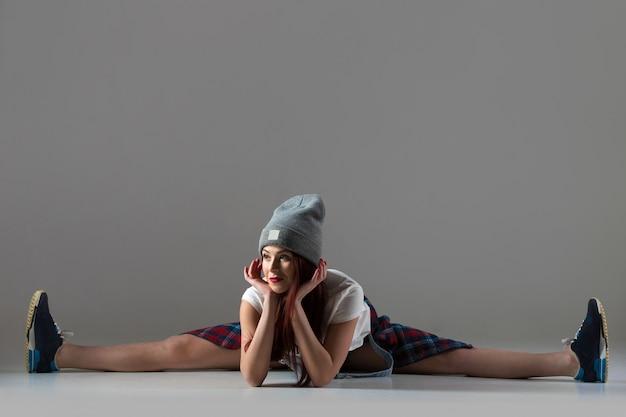 Breakdance girl in splits position Free Photo