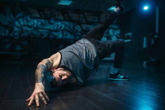 Брейк-данс, исполнитель в танцевальной студии. современный городской танцевальный стиль Premium Фотографии
