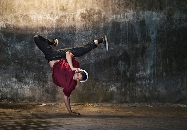 Breakdance movement teenagers trendy lifestyle concept Premium Photo