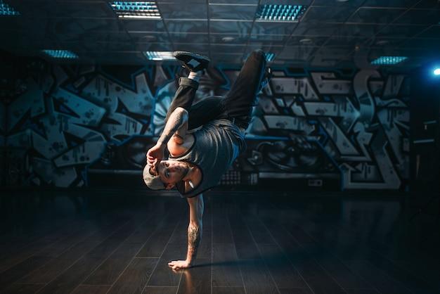 Исполнитель брейк-данса позирует в танцевальной студии Premium Фотографии