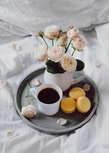 コーヒーとマカロンの朝食ボウル 無料写真