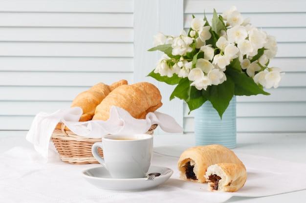 Концепция дизайна завтрака с круассаном и кофе Premium Фотографии