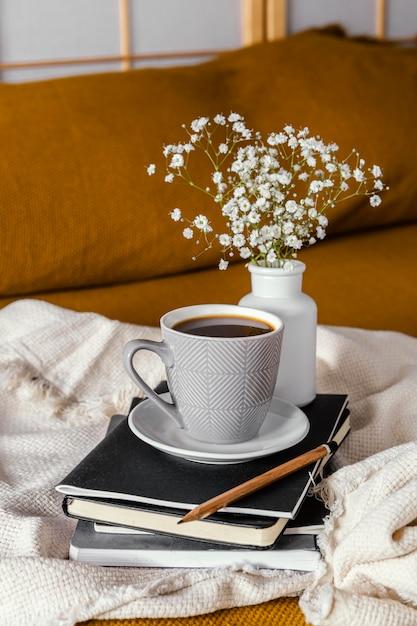 Завтрак в постели, чашка кофе и цветы Бесплатные Фотографии