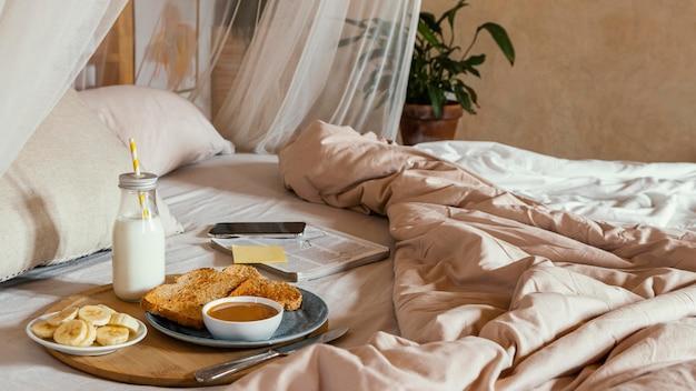 ベッドでの朝食ハイアングル 無料写真