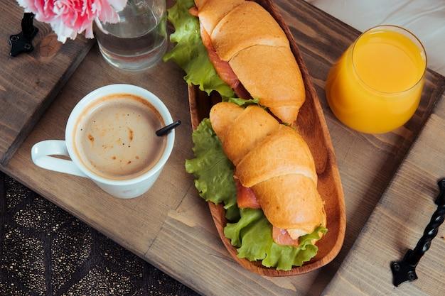 木製トレイのベッドでの朝食をクローズアップ。 Premium写真