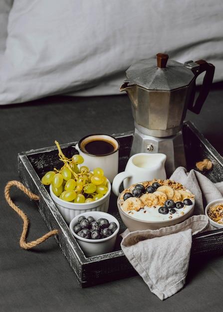 トレイにブルーベリーとシリアルと一緒にベッドで朝食 無料写真