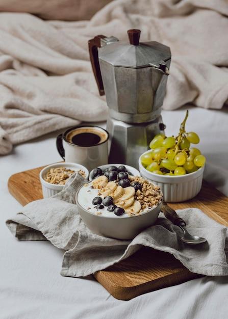 シリアルとブルーベリーと一緒にベッドで朝食 無料写真