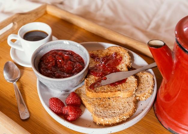 Завтрак в постели с кофе и джемом под высоким углом Premium Фотографии