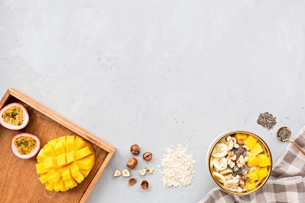 Завтрак овсяная каша со свежими фруктами, семенами чиа и фундуком. Premium Фотографии