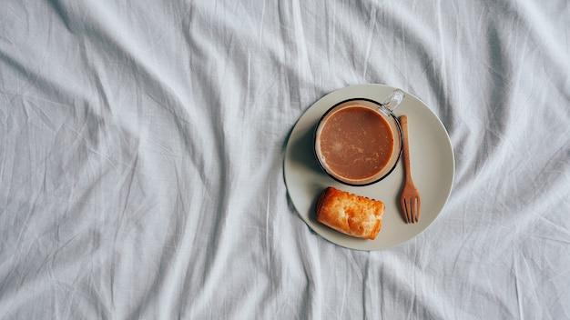 ホットチョコレートと小さなパイのパフの朝食セット。 Premium写真