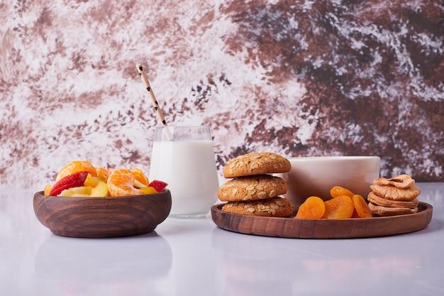 牛乳、ペストリー、フルーツサラダの朝食セット。高品質の写真 無料写真