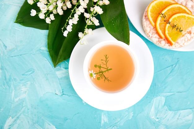 Breakfast - tea, rice crispbread with fresh fruits Premium Photo