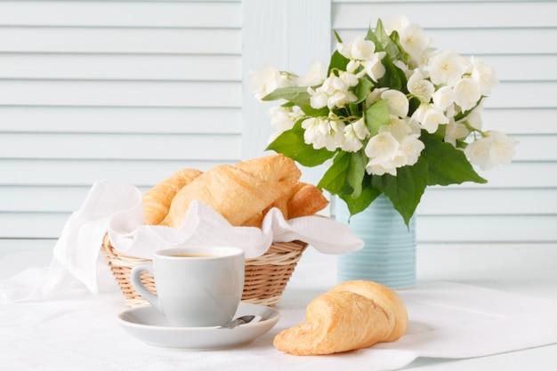 Завтрак с круассаном и кофе Premium Фотографии