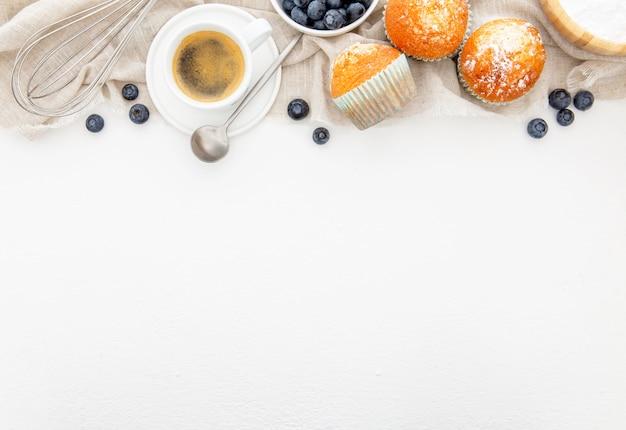 Завтрак с маффинами и копией пространства для кофе Бесплатные Фотографии
