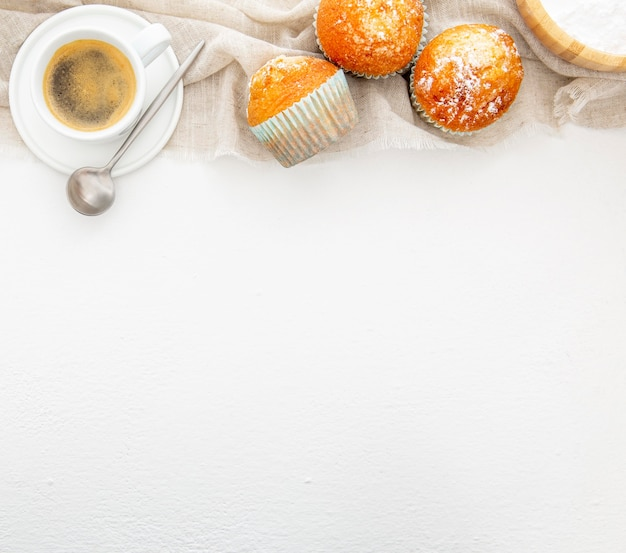 マフィンとコーヒーのトップビューで朝食します。 無料写真