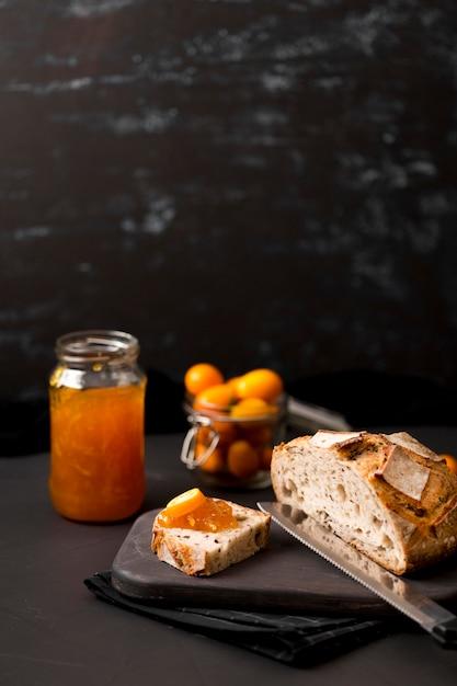 Завтрак с ломтиками хлеба и вареньем высокий вид Бесплатные Фотографии