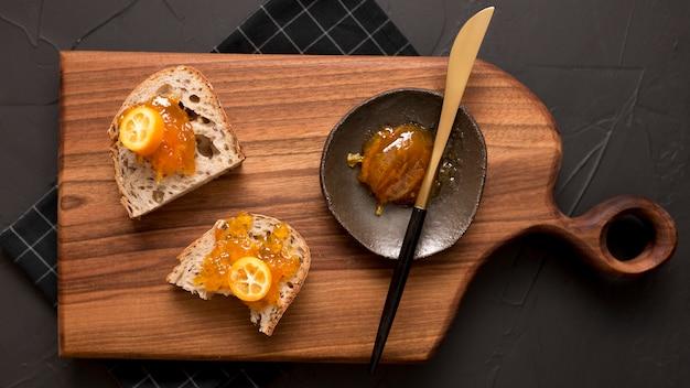 Завтрак с ломтиками хлеба и вареньем сверху Бесплатные Фотографии