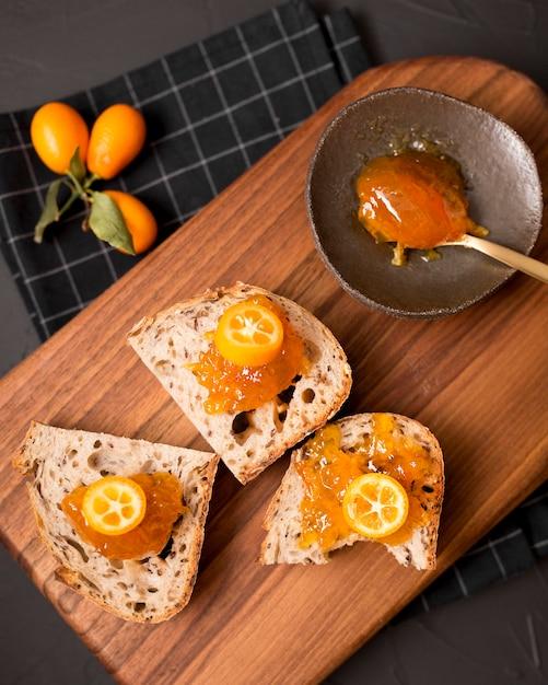 Завтрак с кусочками хлеба и вареньем Бесплатные Фотографии