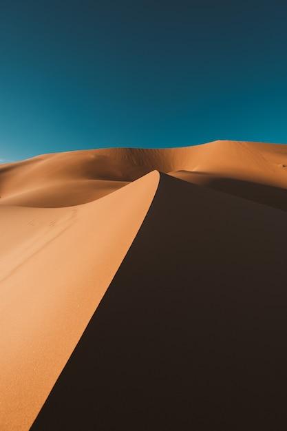 Deserto mozzafiato sotto il cielo blu in marocco Foto Gratuite