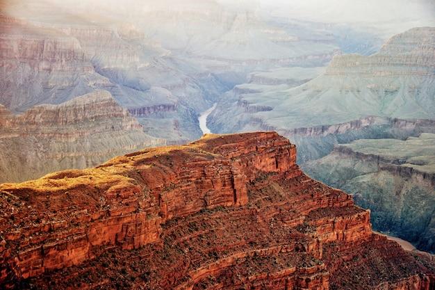 アリゾナ州の有名なグランドキャニオンの息をのむようなハイアングルショット 無料写真