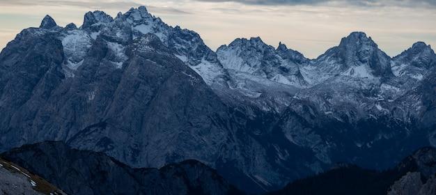 Захватывающий панорамный снимок вечера в заснеженных итальянских альпах Бесплатные Фотографии