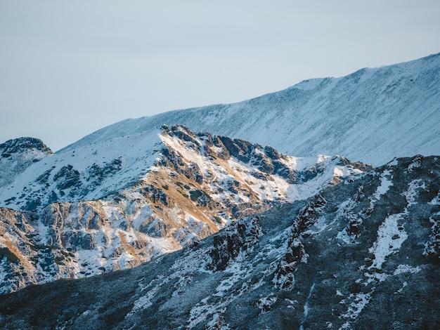 Захватывающие дух пейзажи высоких скалистых гор татры, покрытые снегом, в польше Бесплатные Фотографии