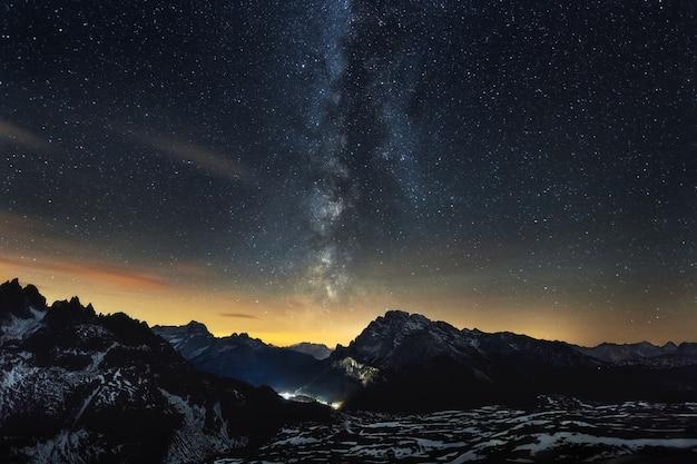 이탈리아 알프스를 가로 지르는 은하수의 숨막히는 풍경 무료 사진