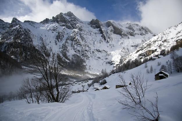 風光明媚な曇り空の下、雪をかぶった山々の息を呑むような景色 無料写真