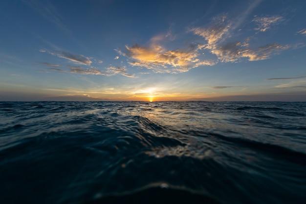 カリブ海のボネール島の海に沈む夕日の息を呑むような風景 無料写真