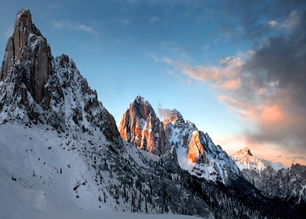 Breathtaking scenery of the snowy rocks under the cloudy sky in dolomiten, italy Free Photo