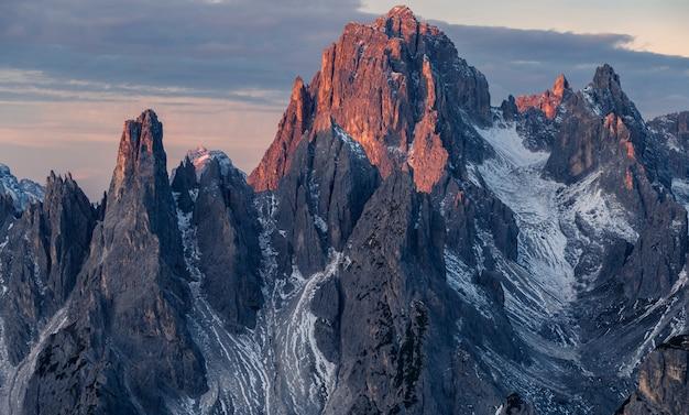 Scatto mozzafiato della montagna misurina nelle alpi italiane sotto il cielo nuvoloso Foto Gratuite