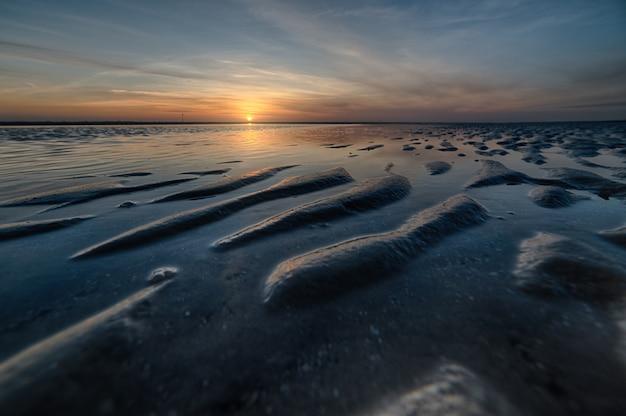 멋진 일몰에 아름다운 해변의 숨막히는 샷 무료 사진