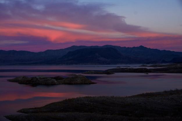 ミード湖、ネバダ州の色鮮やかな夕焼けの息をのむようなショット 無料写真