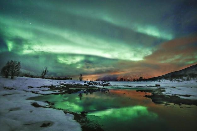 ノルウェー、ロフォーテン諸島の独特の色で湖に映る空の息を呑むようなショット 無料写真