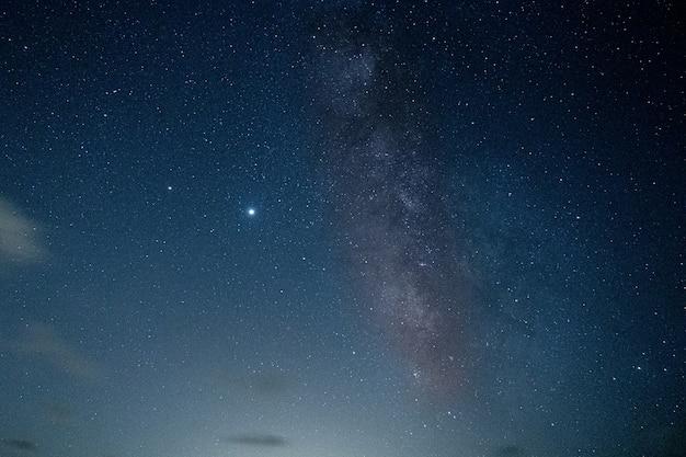 Захватывающий снимок звездной ночи на пляже болония, альхесирас, кадис, испания Бесплатные Фотографии