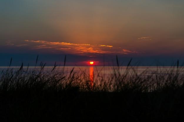 オランダ、ゼーラント州ヴロウウェンポルダーの海岸に沈む夕日の息をのむようなショット 無料写真