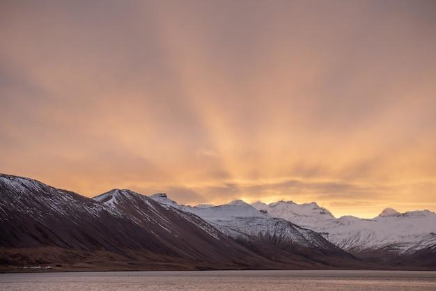 アイスランドの山の冬の日の出の息をのむようなショット 無料写真