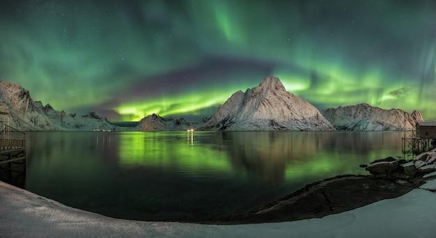 Захватывающий снимок разноцветного ветра, отражающегося в озере, что делает его похожим на сказочную сцену. Бесплатные Фотографии