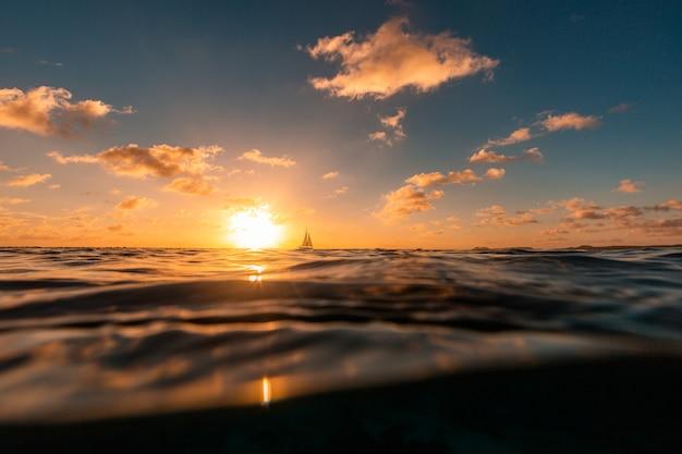 カリブ海のボネール島の海に沈む夕日 無料写真