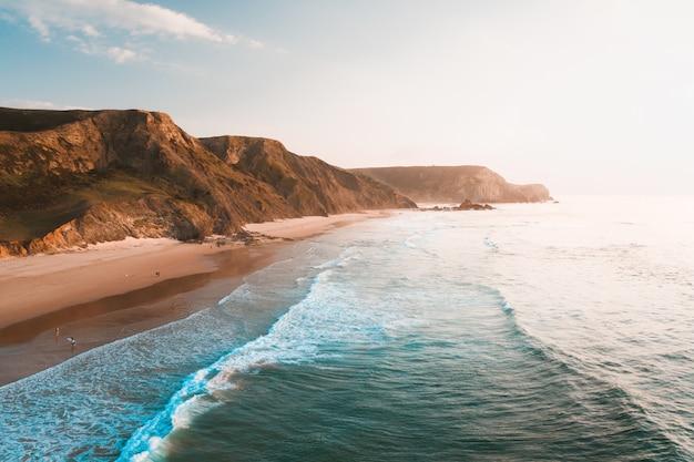 Захватывающий вид на океан и скалистые утесы под красивым ярким небом Бесплатные Фотографии