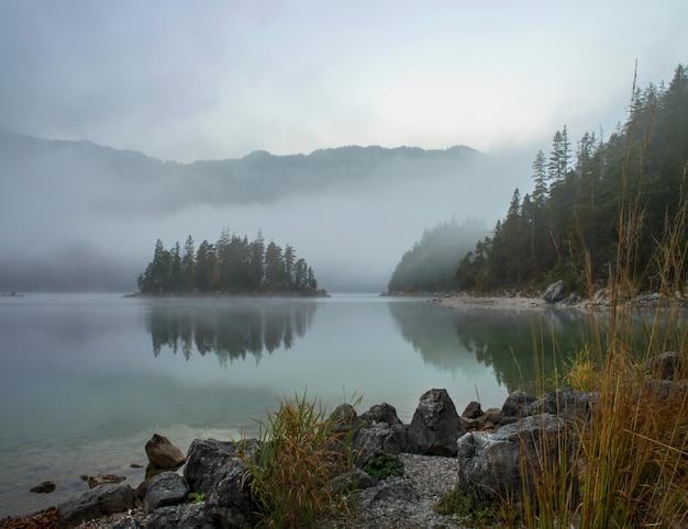 アイプゼーの森に囲まれたツークシュピッツェ湖の素晴らしい景色 無料写真