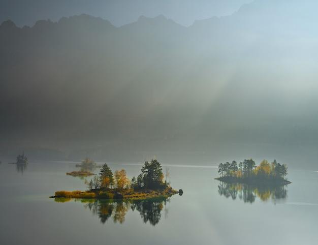 Vista mozzafiato sul lago zugspitze circondato da boschi a eibsee Foto Gratuite