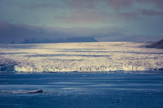 ヨークルスアゥルロゥンはアイスランド南東部のヴァトナヨークトル国立公園の端にある大きな氷河湖です。 breiðamerkurjökull氷河の頂上にあります。 Premium写真