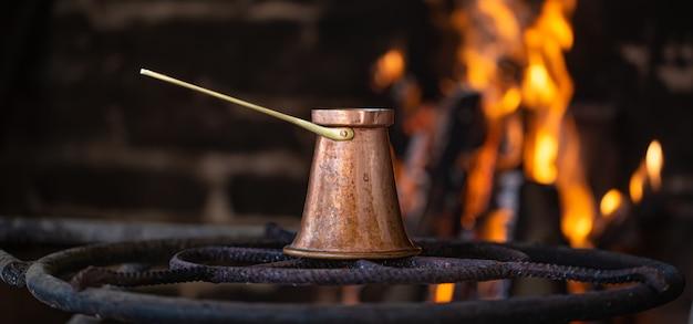 터크에서 모닥불에 커피를 끓입니다. 아늑한 분위기와 음료의 개념. 무료 사진